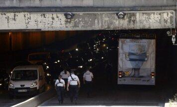 Parīzes centrā divstāvīgs tūristu autobuss ietriecas tiltā; cietuši četri cilvēki