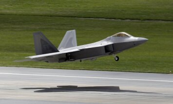 ASV varētu Eiropā izvietot modernos iznīcinātājus F-22