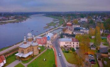 Meditatīvs video: Atvadas no rudens Jēkabpilī - pilsēta Daugavas krastos no putna lidojuma