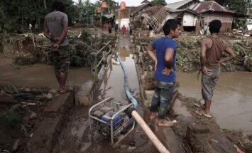 Plūdos Indonēzijā gājuši bojā 35 cilvēki