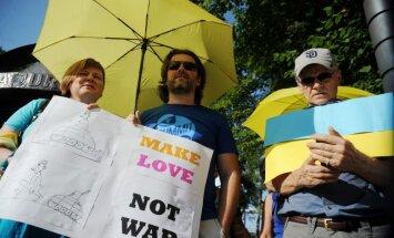 Foto: Cilvēki pirms 'Jaunā viļņa' noslēguma koncerta piketē pret Krieviju