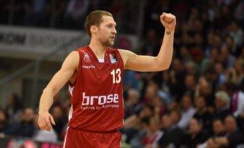 Apprecējies basketbolists Jānis Strēlnieks