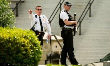 Apšaudes dēļ slēdz Balto namu; Obama tikmēr Merilendā veldzējas golfa mačā