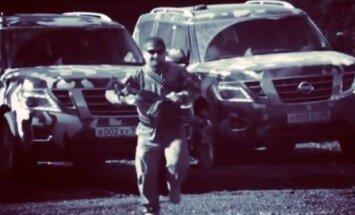 Video: Kadirovs zīmējas, kā skraida un šaudās ar ložmetēju