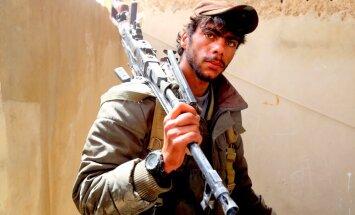 Karte: Kurdi Tabkas ielenkumā džihādistus atspiež līdz Eifratas dambim