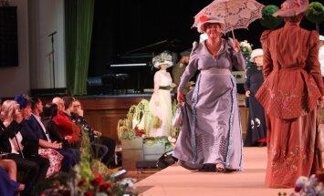 Foto: Jūgendstila tērpu modes parāde pārsteidz ar krāšņiem tērpiem un aksesuāriem
