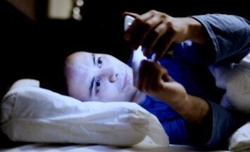 Pētnieki: viedtālruņu ekrāni kaitē miegam