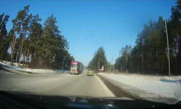 Video: Ļoti bīstams kravas auto manevrs uz Tallinas šosejas