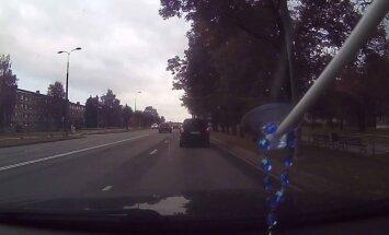 Rēzeknē BMW uzņem ātrumu un aiztraucas pa pretējo joslu