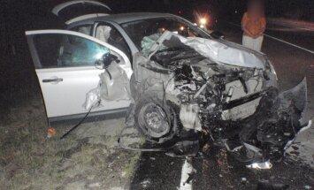Divu automašīnu sadursmē iet bojā vīrietis; motorollers iebrauc kokā un mirst vadītājs
