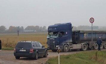 Foto: Trīs automašīnu sadursmē uz Rīgas apvedceļa viens cietušais