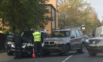 ФОТО: В Зиепниеккалнсе дорогу не поделили два джипа и Golf