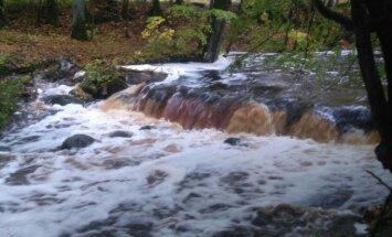 Foto: Kurzemes upēs ļoti augsts ūdens līmenis; laivotājiem rudens sezona rit pilnā sparā