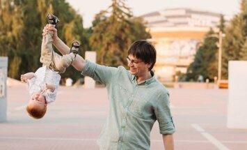 Зачем родители в соцсетях массово выкладывают снимки детей вниз головой