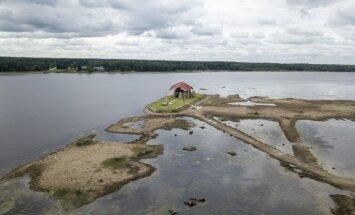 Foto: Līdz Svētā Meinarda salai Ikšķilē var aiziet sausām kājām