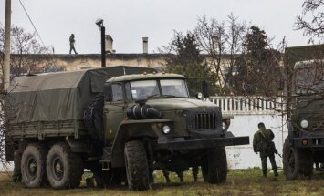Krievu karavīri triecienā ieņem Ukrainas robežsargu posteni Krimā