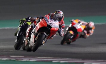 Dovicioso trillera cienīgā stilā uzvar sezonas pirmajā 'MotoGP' posmā