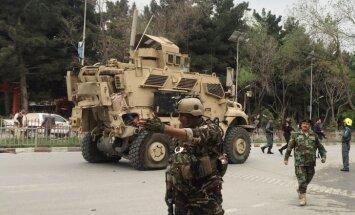 Foto: Pašnāvnieka uzbrukumā NATO konvojam Kabulā astoņi nogalinātie
