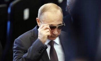 Путин заморозил зарплаты крупных чиновников до 2016 года