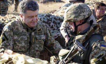Vairāki simti par nāves briesmām: Porošenko atklāj, cik saņem karavīrs karadarbības zonā