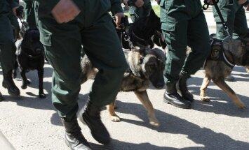 Robežsargi ar suņiem vērienīgā vajāšanā sadzen pēdas kārtējai vjetnamiešu grupai