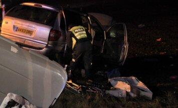 Autoavārijā Lietuvā iet bojā Latvijas pilsone; ievainoti četri bērni