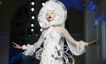 Foto: Neierasti dizaini un sievišķīgs jutekliskums Parīzes modes nedēļā