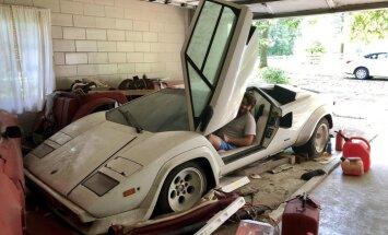 Foto: ASV iedzīvotājs vecāsmātes garāžā atrod 20 gadus nostāvējušu 'Lamborghini'