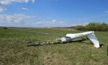 Izmeklēšana: Planiera avārijā Grīvas lidlaukā bojāgājušajam pilotam trūka apmācības un pieredzes