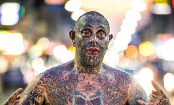 Apzīmēts penis un acāboli: slavu gūst baiss tetovējumu fanātiķis