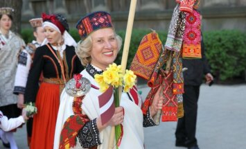 Foto: 4. maija svinības Rīgā krāšņo gājiens 'Uzvelc tautas tērpu par godu Latvijai'