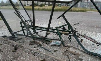 Foto: Auto Jēkabpilī līdz nepazīšanai sadragā sabiedriskā transporta pieturu