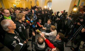 Foto: Lietuvā kā varoni sagaida Dakaras rallija pilotu Benediktu Vanagu