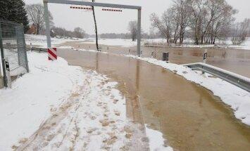 Video: Gostiņos applūst autoceļš; sākta iedzīvotāju apziņošana par plūdiem