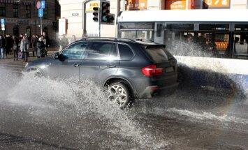Pirmdien ūdensvada remonta dēļ būs apgrūtināta satiksme Čaka un Pērnavas ielās