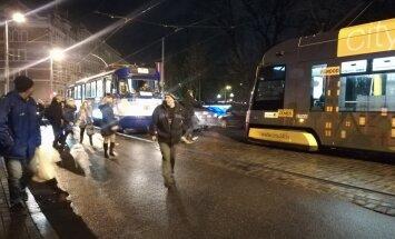 Foto un Video: Pie Jēkaba arkādes saskrienas tramvajs un automašīnas