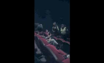 Video: Policisti no kino izraida nepaklausīgus skatītājus ar 'Mc Donald's' pārtiku