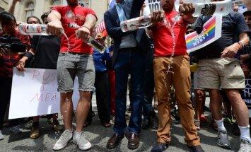 Protestējot pret geju diskrimināciju Krievijā, ņujorkieši izlej Latvijā ražotu šņabi