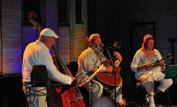 Nodegusi mūziķa Haralda Sīmaņa lauku māja; cietuši mūzikas instrumenti