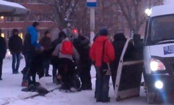 Video: Masu kautiņš mikroautobusā Omskā