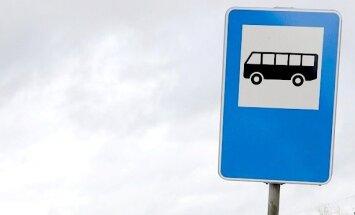 Automašīnai ietriecoties autobusa pieturā, Jēkabpilī cieš sieviete