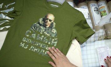 Krievijas iedzīvotājus 'aplaimo' ar smalkiem t-krekliem ar Putina ģīmetni