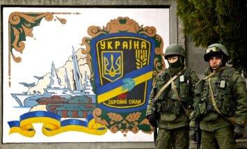 Krimā ieņem armijas bāzi; citviet karavīriem izvirza ultimātu