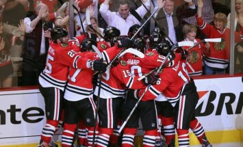 'Blackhawks' izrauj uzvaru pagarinājumā un iekļūst Stenlija kausa pusfinālā