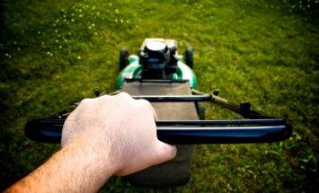 Pļaujot zāli, divi vīrieši guvuši traumas