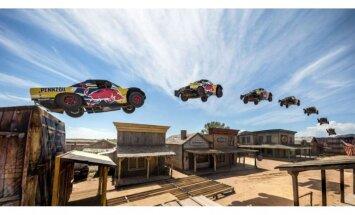 Video: Jauns pasaules rekords tāllēkšanā ar automobili