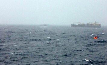 Degošā prāmja pasažieru glābšana Adrijas jūrā ieilgst; atrod mirušu vīrieti