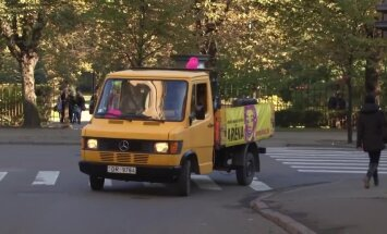 Video: Unikāla perfomance Rīgā - vīrietis spēlē klavieres braucošā auto