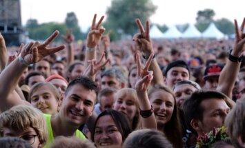 'Red Hot Chili Peppers' Lucavsalā pulcēja 30 000 fanu pūli