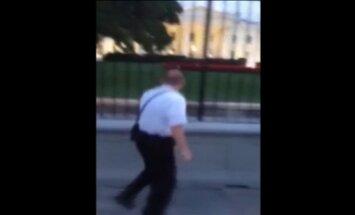 Laikraksts: Iebrucējs ar nazi Baltajā namā ticis līdz prezidenta ģimenes rezidencei